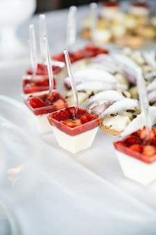 Doces bonitos com morangos para festa de casamento