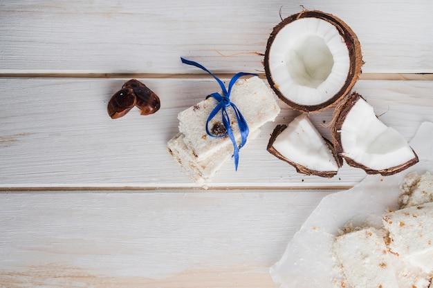 Doces brancos na mesa de madeira clara