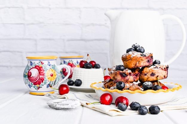 Doces caseiros com ricota e frutas. bolo de queijo no café da manhã. comida italiana cozimento saudável e nutrição adequada. copie o espaço