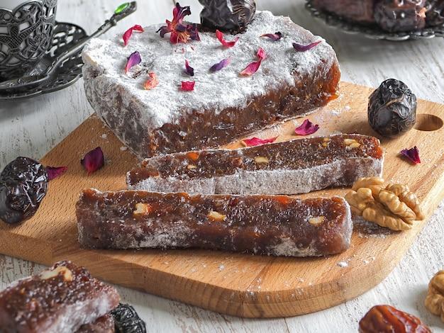 Doces caseiros de marmelada com tâmaras e nozes, lata oriental