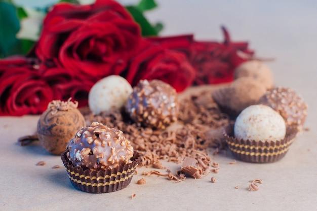 Doces cobertos de chocolate ralado sobre papel artesanal
