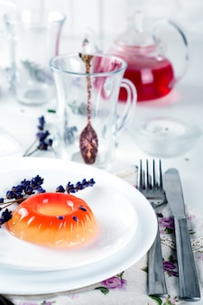 Doces coloridos da geléia de fruta em uma placa branca