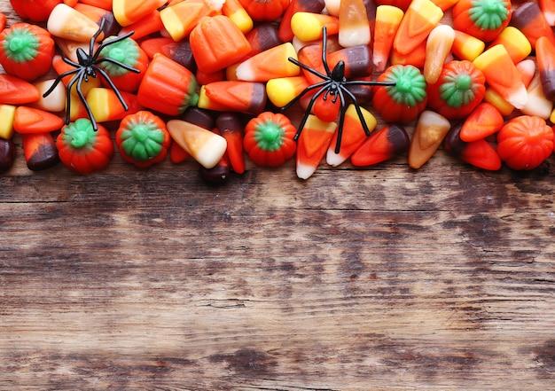 Doces coloridos de halloween em madeira
