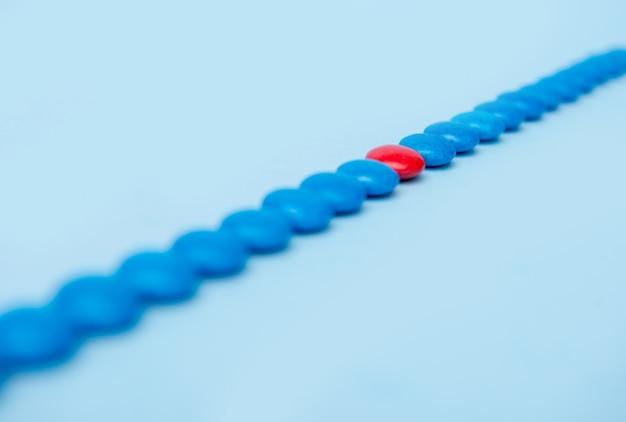 Doces coloridos dos doces sobre o fundo azul da tabela.