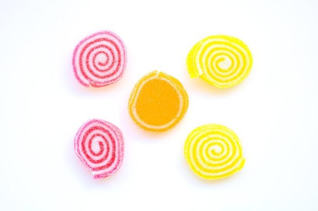 Doces coloridos e bombons em um fundo branco