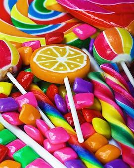 Doces coloridos e goma de mascar