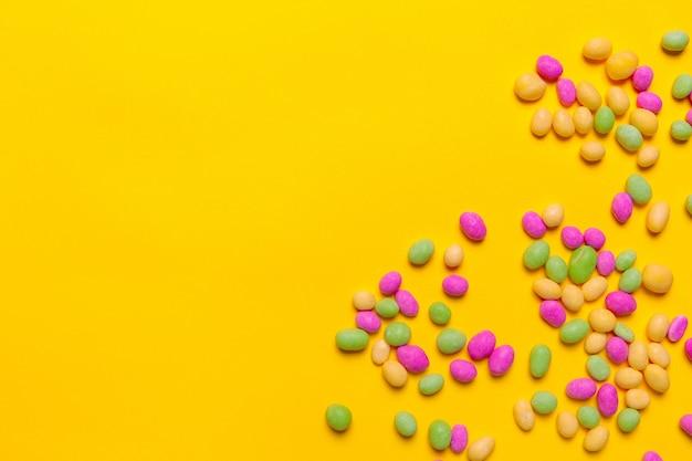 Doces coloridos em amarelo