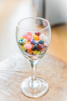 Doces coloridos em copo de vinho