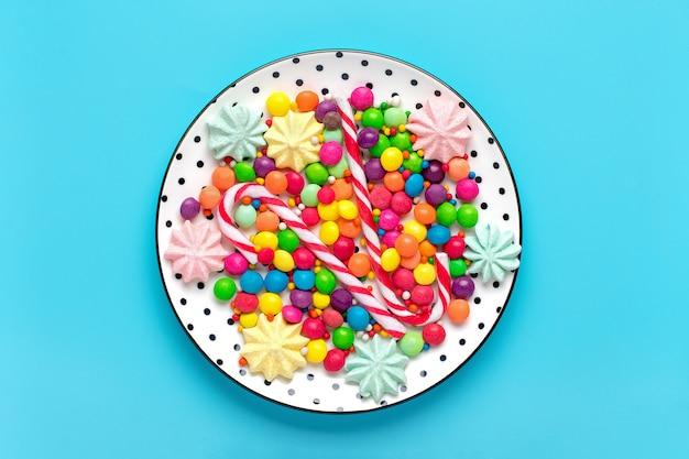 Doces coloridos em um prato