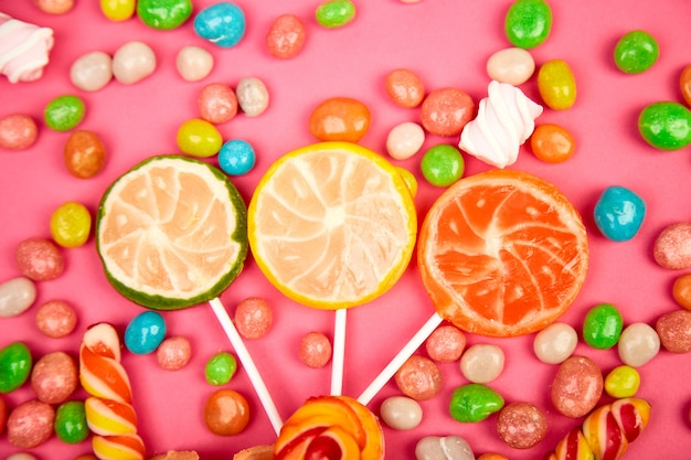 Doces coloridos, geléia, pirulito na vara, dispersão de doces multicoloridos