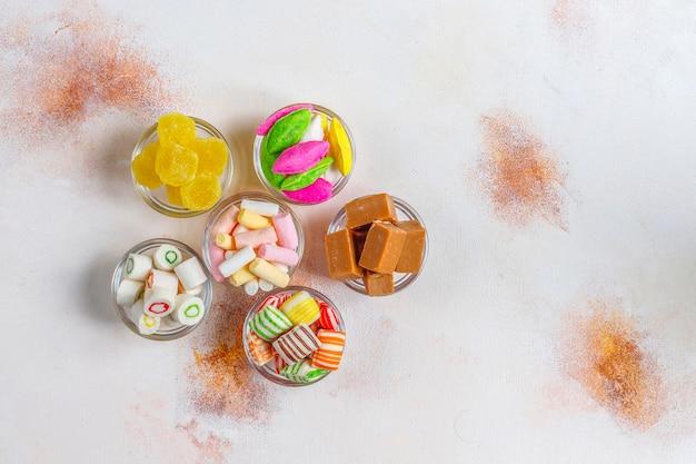 Doces coloridos, geleias e marmeladas, doces não saudáveis.