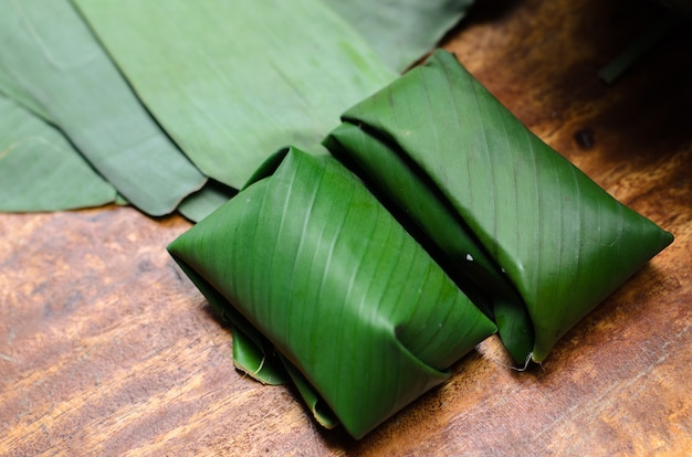 Doces cozidos, embrulhados em folha de bananeira tailandesa
