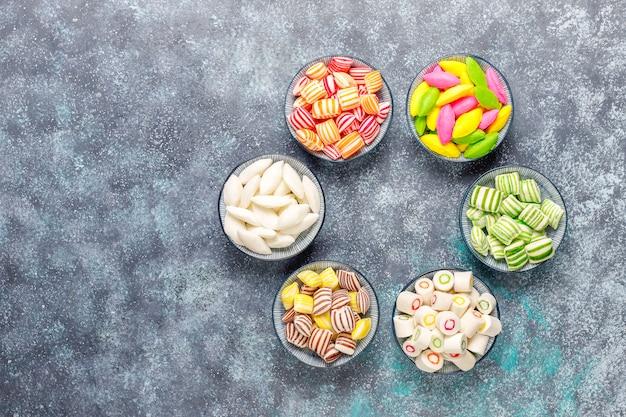 Doces de açúcar colorido diferente