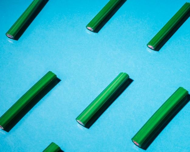 Doces de alcaçuz verde dispostos em fundo azul