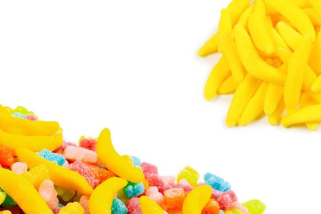 Doces de banana geléia coloridos suculentos isolados no branco. doces de goma.