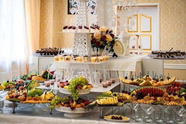 Doces de casamento, mesas decoradas, enfeites e cupcakes, delícias e iguarias