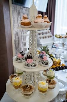Doces de casamento, mesas decoradas, enfeites e cupcakes, deliciosas carnes e iguarias
