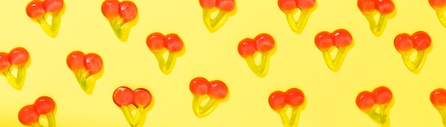 Doces de cereja em fundo amarelo