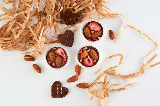 Doces de chocolate artesanais com frutas e nozes