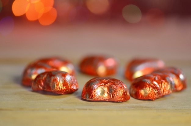 Doces de chocolate da forma do coração. doces de chocolate vermelho corações