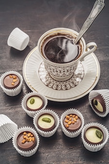 Doces de chocolate e café. close-up, fundo escuro.