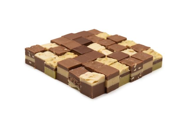 Doces de chocolate isolados no fundo branco. vista do topo.