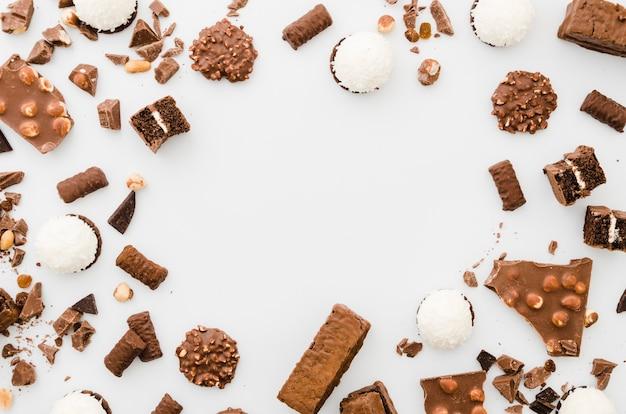 Doces de chocolate no fundo branco