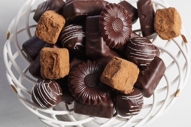 Doces de chocolate no prato na mesa branca