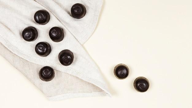 Doces de chocolate plana leigos em pano