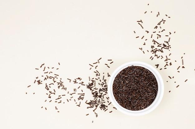 Doces de chocolate plana leigos em uma tigela