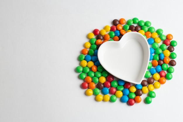 Doces de chocolate revestidos em forma de um coração
