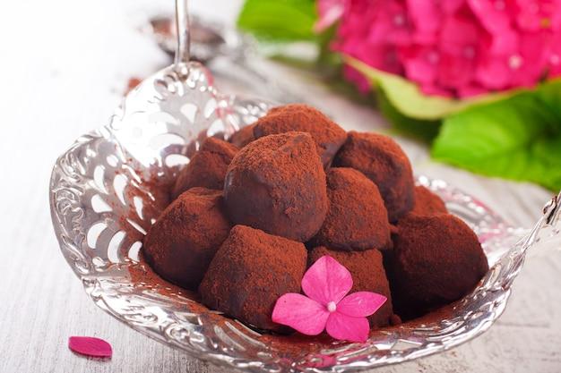 Doces de chocolate trufado