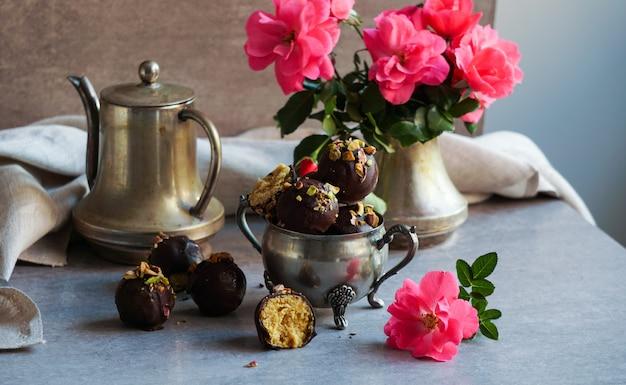 Doces de chocolate vegan artesanal, bolas, com laranja