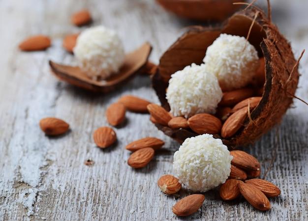 Doces de coco com amêndoas em casca de coco