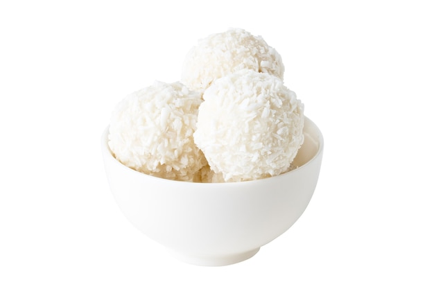 Doces de coco em copo branco isolado no fundo branco