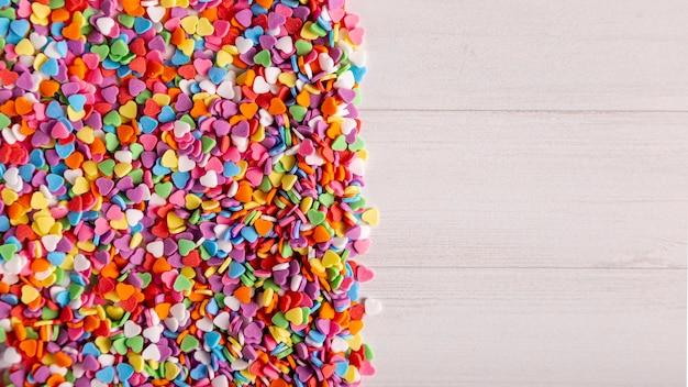 Doces de coração colorido com espaço de cópia