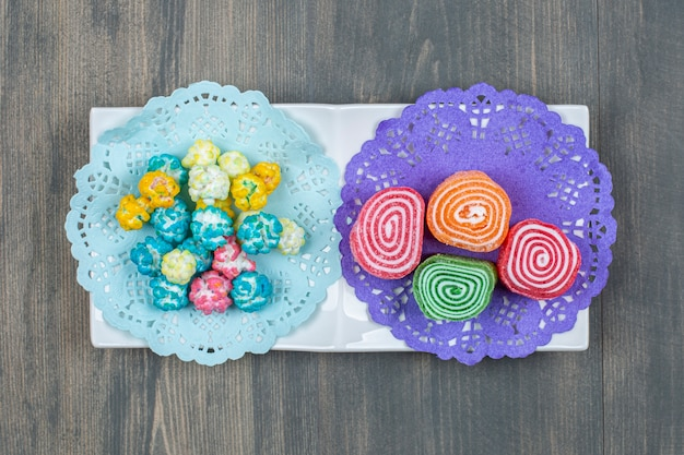 Doces de frutas gelatinosas coloridas em uma mesa de madeira