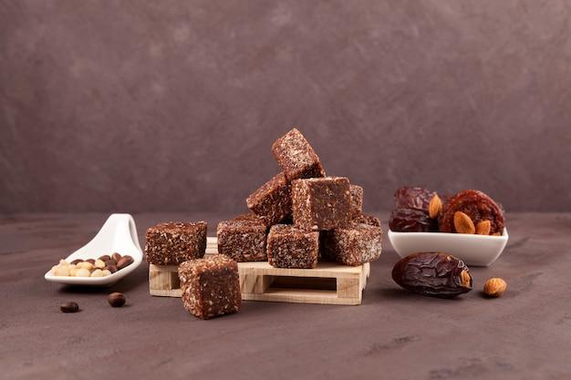 Doces de frutas secas (tâmaras secas, ameixas ou damascos) com mel e nozes. doces saudáveis.