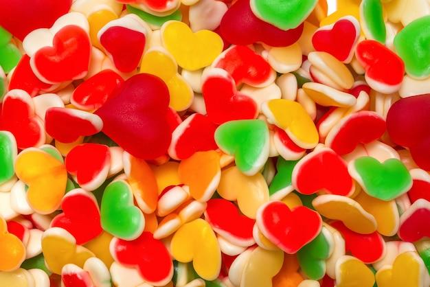 Doces de geléia colorida suculenta. balas de goma. corações.