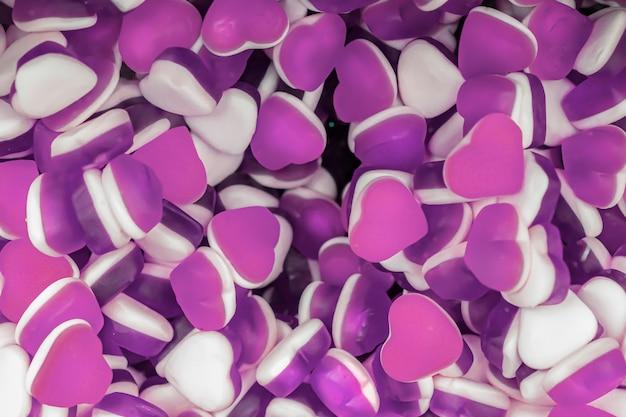 Doces de geléia roxa e branca em forma de coração