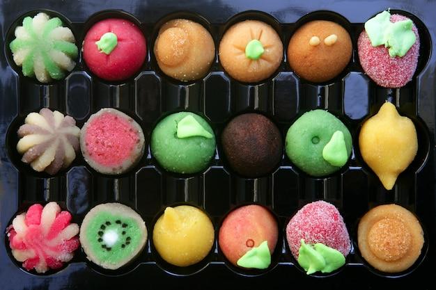 Doces de maçapão colorido com formas de frutas