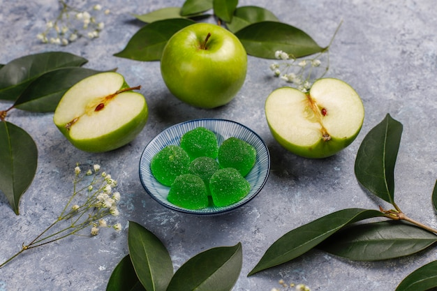 Doces de marmelada verde-maçã em açúcar. sobremesa saudável para gourmets.