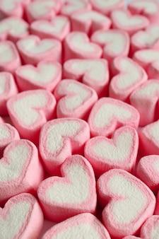 Doces de marshmallow em forma de coração rosa e branco
