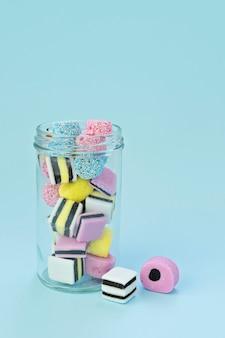 Doces de mascar coloridos em uma jarra de vidro