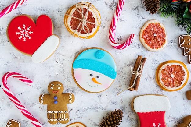 Doces de natal, biscoitos de gengibre na superfície nevado