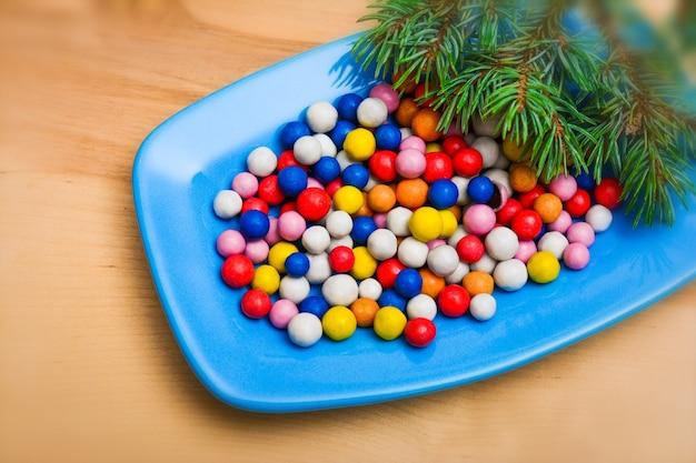 Doces de natal coloridos no prato