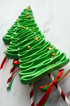 Doces de natal diy. três merengues verdes.