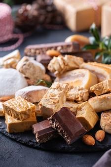 Doces de natal espanhóis típicos, biscoitos amanteigados mantecados polvorones nougat ou turron