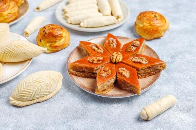Doces de novruz de férias tradicionais do azerbaijão, shekerbura, qogal, paxlava, mutaki.