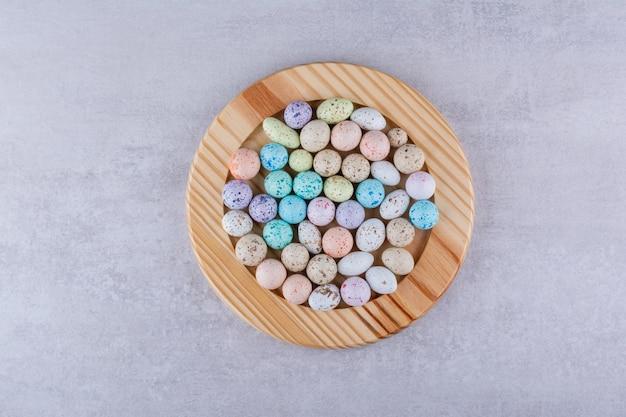 Doces de pedra coloridos em bandejas em fundo de concreto. foto de alta qualidade